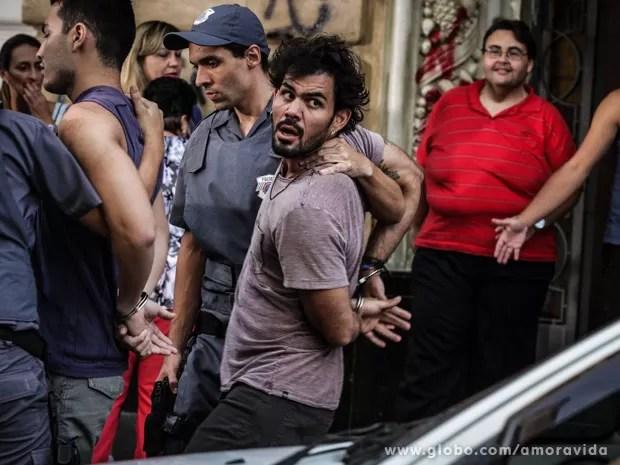 Ninho vai preso pela segunda vez (Foto: Amor à Vida / TV Globo)