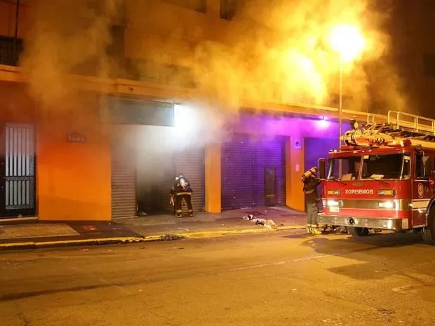 Incêndio atinge shopping Saara, localizado na Rua 25 de Março, em São Paulo (Foto: Edison Temoteo/ Estadão Conteúdo)