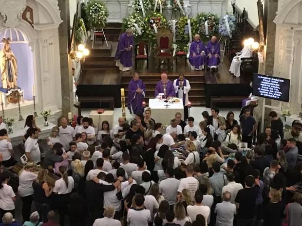 Homenagem aos 5 profissionais da RBS ocorre na Catedral Metropolitana (Foto: Lisandra Nienkoetter/RBS TV)