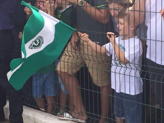 Torcedor mirim da Chapecoense recebe Atlético Nacional em aeroporto (Foto: Janir Júnior)