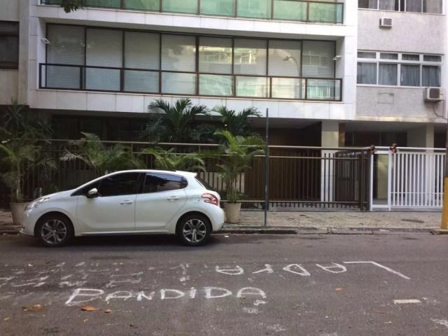 Porta do prédio de Adriana Ancelmo amanheceu com pichação após a ida dela para prisão domiciliar (Foto: Raquel Honorato/ TV Globo)