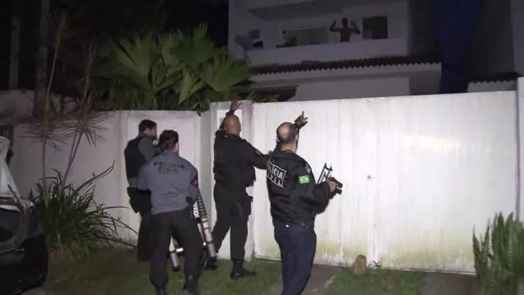 Policiais prenderam dois suspeitos em uma casa em Vargem Grande — Foto: Reprodução / TV Globo