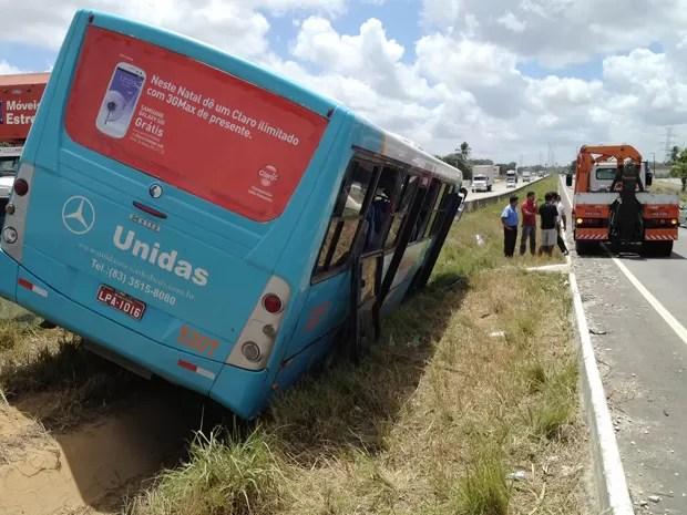 De acordo com a Polícia Rodoviária Federal (PRF), cinco passageiros do ônibus tiveram apenas ferimentos leves. Ainda conforme a PRF, não existe interrupção em nenhuma das vias. Por volta do meio-dia, o veículo ainda aguardava remoção do canteiro central. A PRF não soube informar se a saída de pista foi ocasionada por falha mecânica (Foto: Walter Paparazzo/G1)