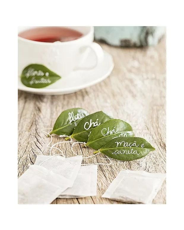 Jeitinho naturalmente charmoso de identificar os tipos de chá: em folhas de camélia (Foto: Elisa Correa/Editora Globo)