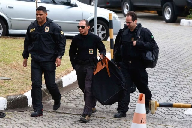 Movimentação na sede da Polícia Federal em São Paulo durante operação da força-tarefa da Lava Jato deflagrada na manhã desta quinta-feira (18). A PF realizou buscas em endereço do doleiro Lúcio Funaro no Alto de Pinheiros, na Zona Oeste (Foto: Marcos Bezerra/Futura Press/Estadão Conteúdo)