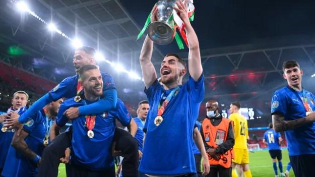 Jorginho comemora a conquista da Eurocopa-2020 pela seleção italiana: brasileiro foi campeão da Euro e da Champions na mesma temporada