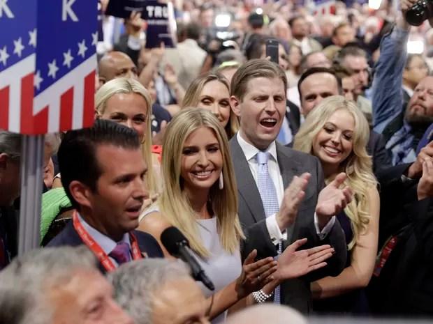Donald Trump Jr. anuncia votos do estado de Nova York, que garantiram a nomeação de seu pai Donald Trump, cercado por seus irmãos Eric, Ivanka e Tiffany na convenção do Partido Republicano (Foto: AP Photo/Carolyn Kaster)