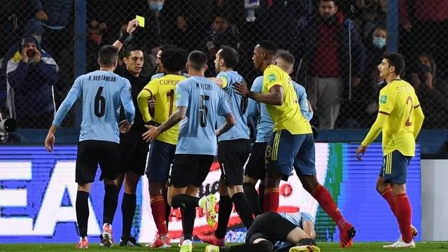 Jogadores de Uruguai e Colômbia discutem após pancada de Cuadrado em Viña