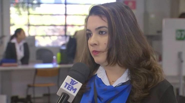 Além de sorrir nas fotos, Pollyana Droppa dos Santos, representante do Poupatempo, esclarece outras dúvidas para a foto de documentos (Foto: Reprodução / TV TEM)