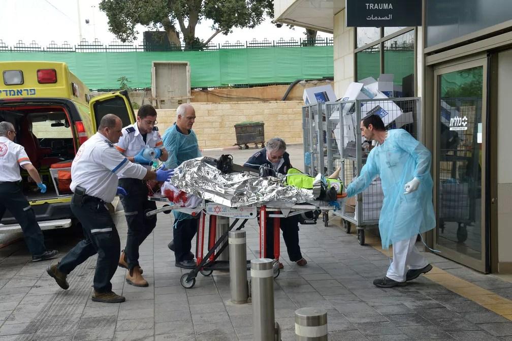 Ferida foi levada às pressas para o hospital após incidente na entrada do assentamento judaico de Ariel, na Cisjordânia ocupada, neste domingo (17)  — Foto: Yossi Zeliger/ Reuters