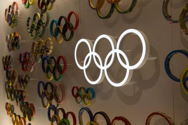 Aros olímpicos na parede do Museu Olímpico do Japão, em Tóquio — Foto: Stanislav Kogiku/SOPA Images/LightRocket/Getty Images