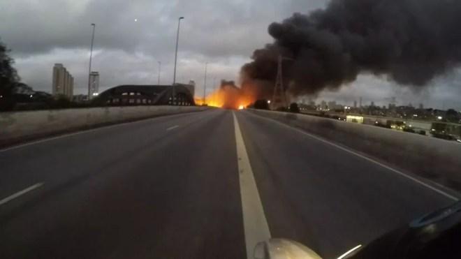 Incêndio atinge Ponte do Jaguaré, na Zona Oeste de São Paulo — Foto: Reprodução/TV Globo