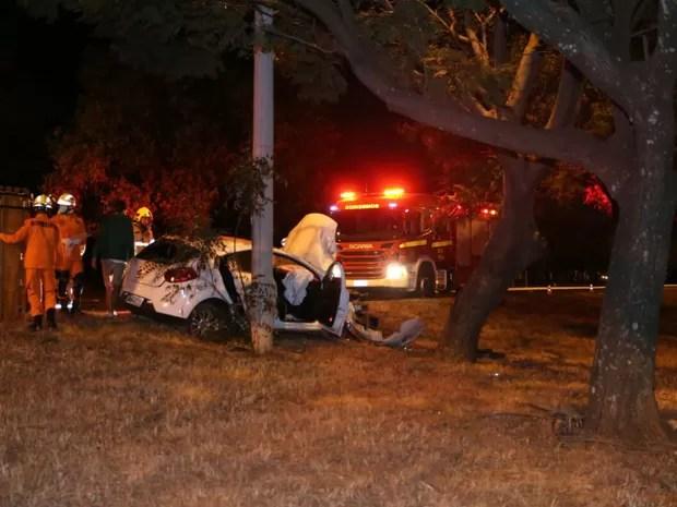 Bombeiros atendem motorista que dormiu ao volante e bateu em árvore na Epia Norte, no Distrito Federal, no final da noite desta segunda-feira (27) (Foto: Corpo de Bombeiros DF/Divulgação)