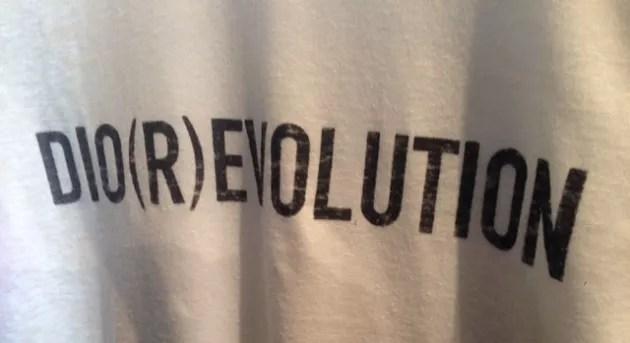 Detalhes de uma camiseta Dior apresentada na Semana de Moda de Paris.