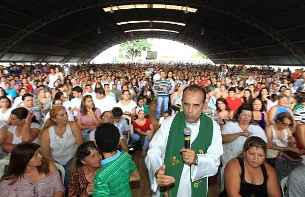 Padre Luiz Auguto quando voltou a celebrar missa em Aparecida de Goiânia, em fevereiro de 2012 (Foto: Cristiano Borges/ O Popular)