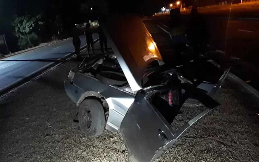 Carro fica partido ao meio em acidente na BR-364 em Santa Rita do Araguaia — Foto: Reprodução/PRF
