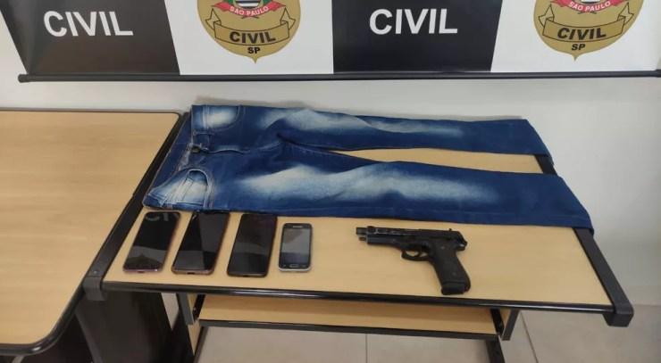 Polícia apreendeu simulacro de arma de fogo, 4 aparelhos de telefone celular, vestimentas e o veículo que foi utilizado no dia do crime — Foto: Divulgação/Polícia Civil