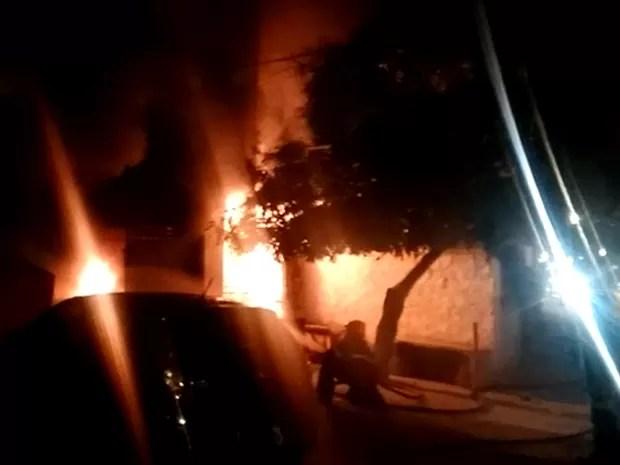 Estabelecimento na Estrada dos Remédios, no Recife, foi atingido por um incêndio durante a madrugada (Foto: Reprodução/ Whatsapp)