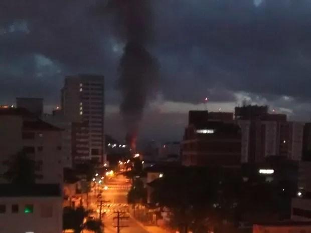 Incêndio foi avistado de longe por moradores (Foto: Arquivo Pessoal / Monica Sampaio)