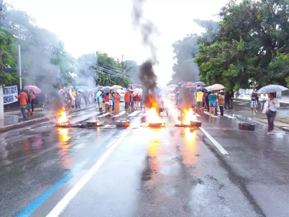Pista em frente a Eletrobras foi interditada com pneus (Foto: Heliana Gonçalves/TV Gazeta)