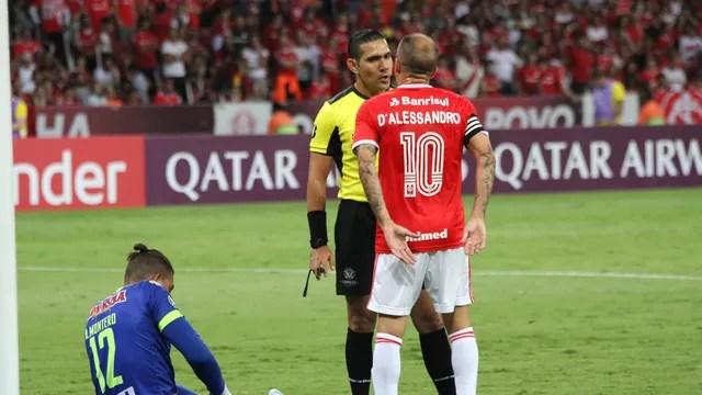 D'Alessandro reclama com a arbitragem no jogo contra o Tolima