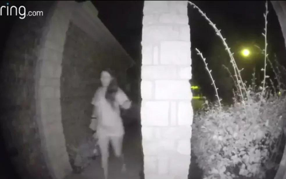 Ela estava aparentemente descalça e usava uma espécie de tala imobilizadora no punho (Foto: Montgomery County Sheriff)