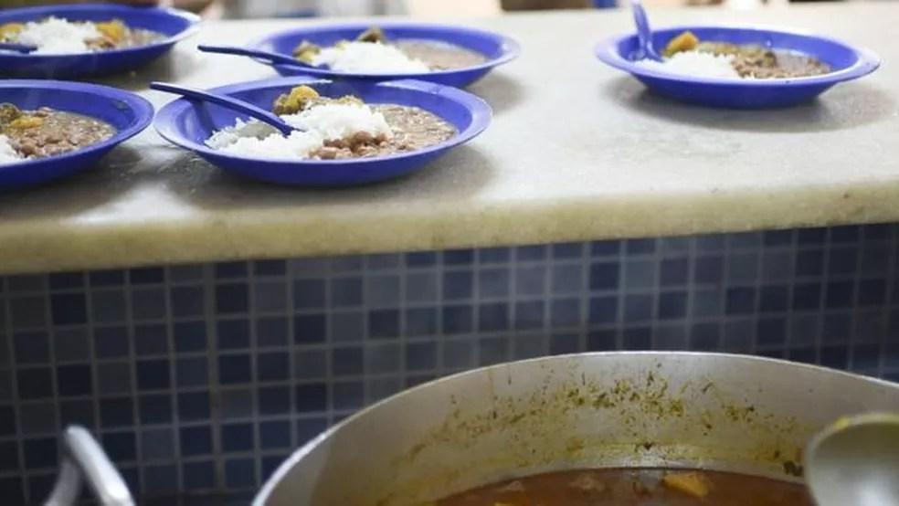 Em conjunto habitacional do DF, há 'mães que não têm o que dar de comer aos filhos nas férias'; acima, merenda em escola brasiliense — Foto: Andre Borges/Agência Brasília