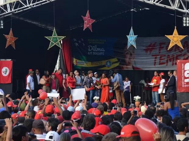 Presidente afstada Dilma Rousseff em ato na Praça General Valadão (Foto: Tássio Andrade/G1)
