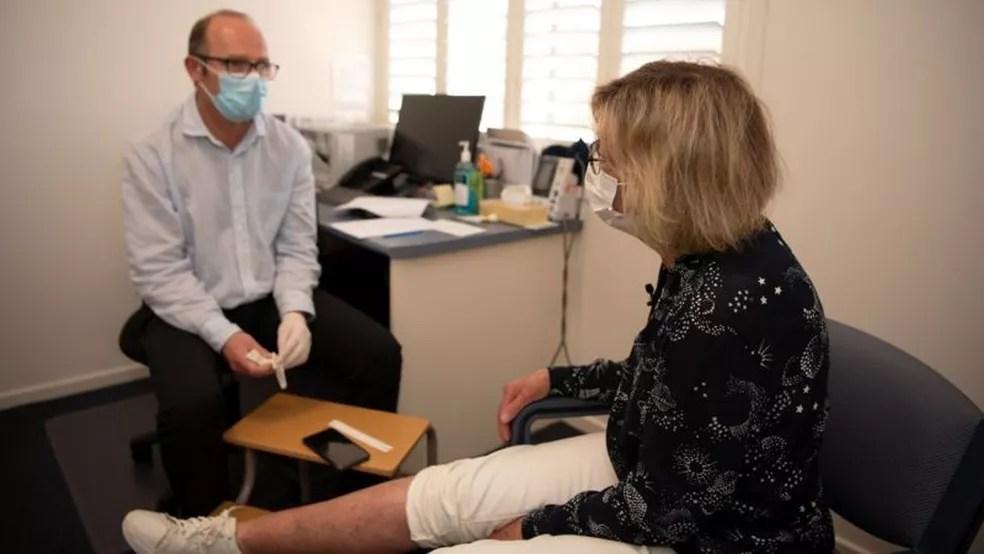 Daniel O'Brien atende de cinco a dez novos pacientes por semana com úlcera de Buruli — Foto: ANNETTE RUZICKA via BBC