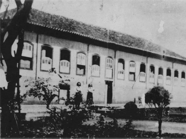 Casarão onde funcionou o Colégio Sacra Família e onde morou Padre Victor - foto de 1939 (Foto: Arquivo Secretaria de Cultura de Três Pontas)