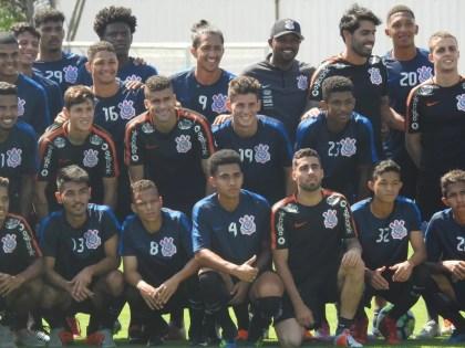 Elenco do sub-20 do Corinthians treina com os profissionais — Foto: Marcelo Braga