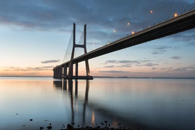 Lisbon is an amazing tourist destination because their urban landscapes, by its light, its monuments. The Vasco da Gama bridge crosses the Tagus river, and is one of the longest bridges in the world. (Foto: Getty Images)