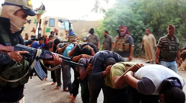 Imagem divulgada na internet mostra o que seriam soldados iraquianos detidos por militantes do Estado Islâmico durante a tomada da base próxima de Tikrit (Foto: AP)