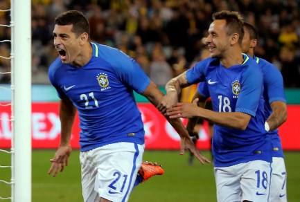 Rafinha comemora um dos gols de Diego Souza contra a Austrália, em junho (Foto: Reuters)