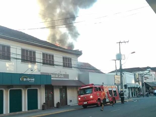 Fogo atingiu uma loja de calçados no centro da cidade (Foto: Josilea Vilas Boas/Divulgação)