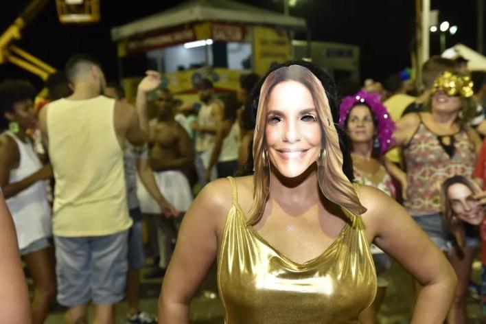 Foliã com máscara de Ivete Sangalo no carnaval de Salvador (Foto: Elias Dantas/Ag. Haack)