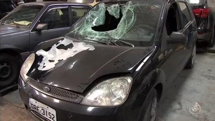 O carro que atingiu o motorista de ônibus ficou todo destruído  (Foto: TV TEM/Reprodução)