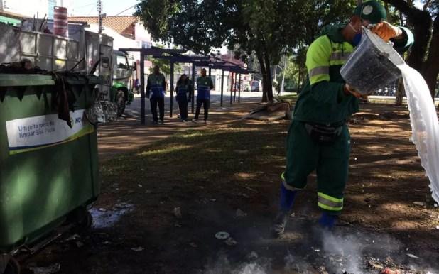 Agentes da Prefeitura apagam focos de incêndio na Praça Princesa Isabel, na manhã deste domingo (11) (Foto: Vivian Reis/G1)