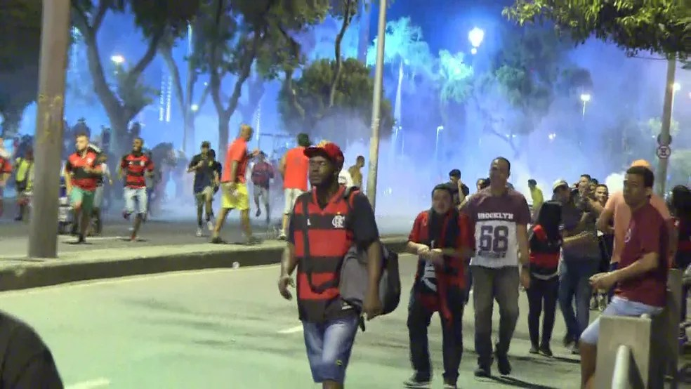 Fumaça de bombas e correria no entorno do Maracanã (Foto: Robson Coutinho/Reprodução/GloboNews)