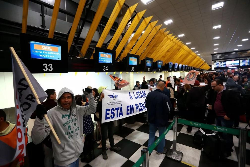 Integrantes do Sindicato dos Aeroviários e da Força Sindical protestam na área interna do Aeroporto de Congonhas, na zona sul de São Paulo, na manhã desta sexta-feira (28). (Foto: Hélvio Romero/Estadão Conteúdo)