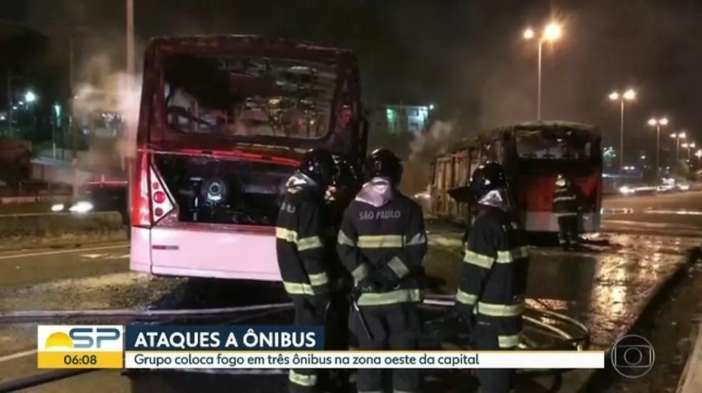 Ônibus foram incendiados na Rodovia Raposo Tavares, em SP (Foto: Reprodução/TVGlobo)