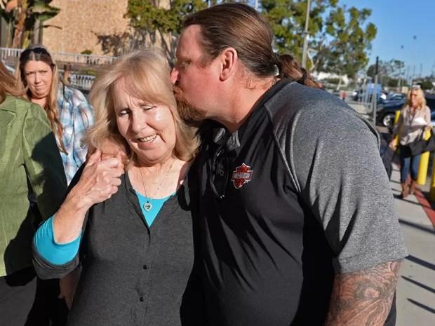 Susan Mellen é beijada pelo sobrinho, David, ao deixar a Corte Superior de Torrance na sexta-feira (21), após ser declarada factualmente inocente de uma acusação de homicídio, pela qual passou 17 anos na prisão  (Foto: AP Photo/The Daily Breeze, Brad Graverson)