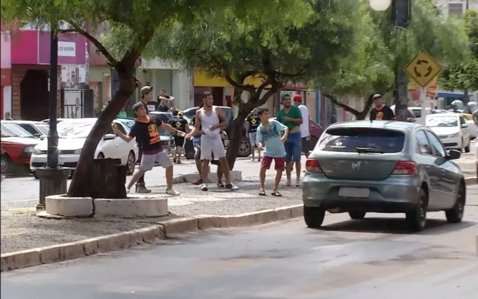 Batalha da guerra de bexigas de água travada na avenida Brasil, em Ponta Porã (MS), fronteira do Brasil com o Paraguai (Foto: Reprodução/TV Morena)