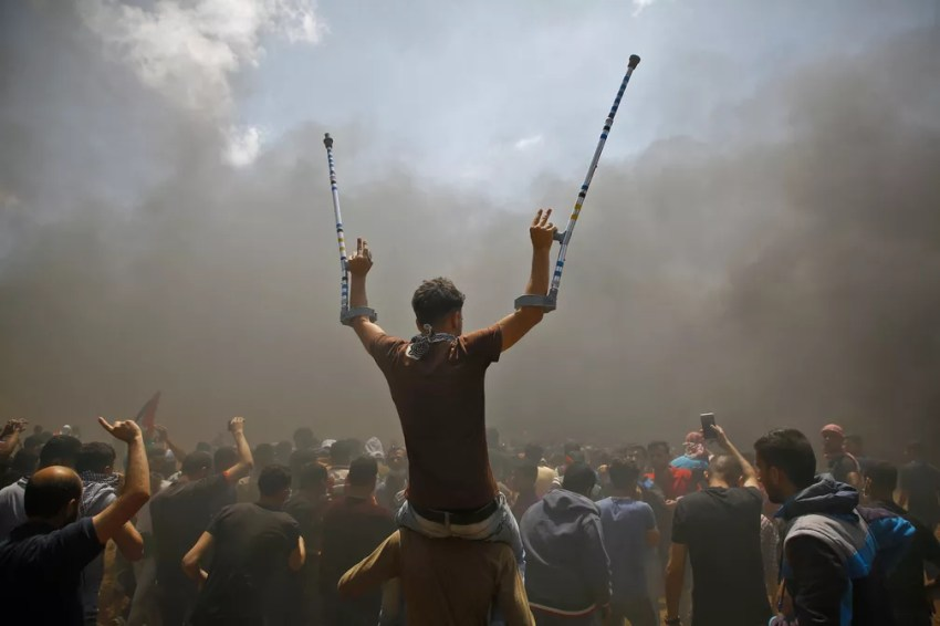 Palestinos gritam palavras de ordem contra a inauguração de uma embaixada dos EUA em Jerusalém durante protesto na fronteira entre Israel e Gaza (Foto: Mohammed Abed/AFP)