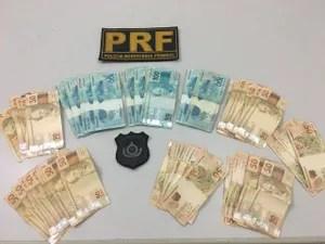 Policiais também encontraram dinheiro dentro do veículo (Foto: Divulgação/PRF)