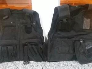 Coletes semelhantes aos usados por policiais também foram apreendidos (Foto: Divulgação/PRF)