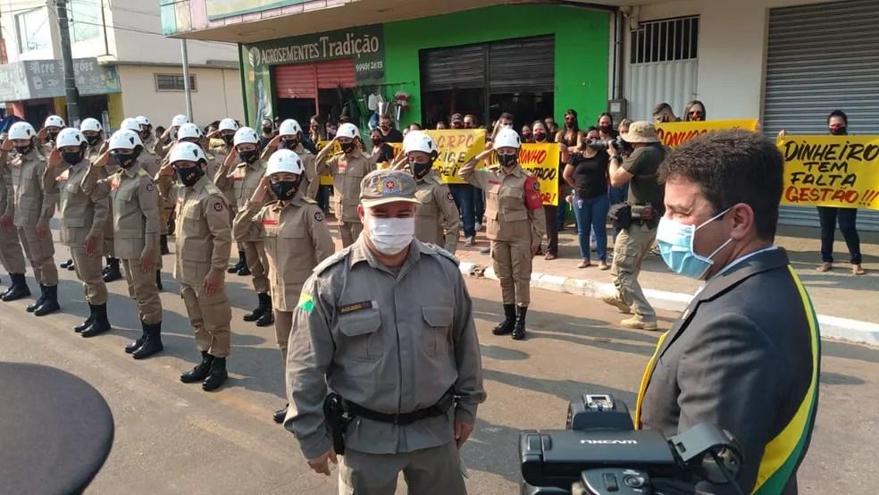 Sob protesto, governador do Acre participou da solenidade que marca as comemorações da Revolução Acreana — Foto: Lidson Almeida/Rede Amazônica Acre