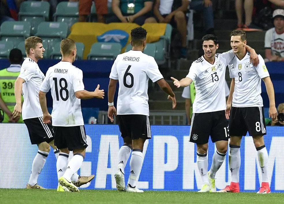 Alemães comemoram um dos quatro gols sobre o México (Foto: AP )
