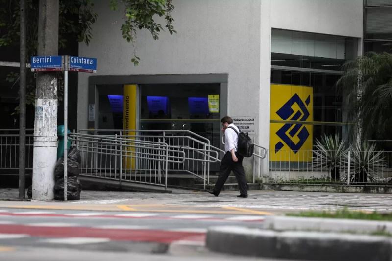 Um homem passa por uma agência do Banco do Brasil na avenida Berrini, na zona sul de São Paulo — Foto: Marcelo Brandt/G1