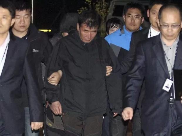 Capitão da balsa que naufragou, Lee Joon-Seok, é visto ao chegar à corte de Mokpo nesta sexta-feira (18) (Foto: Reuters/Yonhap)